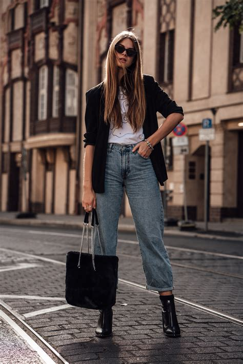 Casual Chic Autumn Outfit: Baggy Pants and Blazer
